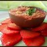 Mousse de fraise dans sa coque de chocolat au lait sur carpaccio de fraise au sirop de basilic