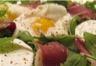 Œuf poché magret de canard chèvre sur salade de roquette