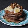 Pancakes au lait de soja au chocolat topping banane noix et sirop d'érable
