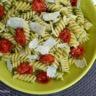 Pâtes spirelli au pesto de ciboulette basilic tomates cerise confites et parmesan