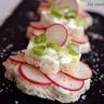 Petits toasts au fromage blanc et radis