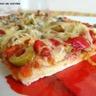 Pizza aux saucisses poivrons et olives vertes
