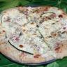 Pizza blanche lardons courgettes et graines