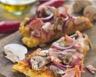 Pizza jambon champignons et oignon rouge
