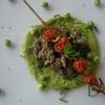 Purée de petits pois émincé de boeuf à la menthe et brochette de tomates confites