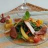 Roquette saveur thaï magret de canard fumé filet de poulet rôti mangues et tomates cerises