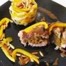 Rôti d'agneau farçi aux abricots secs laqué au miel et son mélange de légumes.