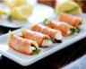Roulé de saumon fumé à l'aneth fromage frais et pousses d'épinard