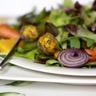 Salade contrastes en Harmonie aux agrumes billes de fromage épicées et noix de St Jacques