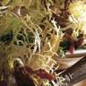 Salade de foies de volaille et lardons et sa sauce vinaigrette