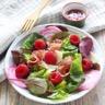 Salade de jeunes pousses jambon fumé fromage de brebis et framboises