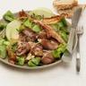 Salade de mâche au rognon de bœuf lard grillé et lamelles de pomme