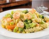 Salade de pâtes aux crevettes à l'ail et aux légumes