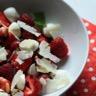 Salade sucrée-salée de fraises framboises mozzarella et parmesan