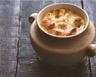Soupe à l'oignon gratinée aux morceaux de croissant grillé