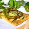Tarte fine aux courgettes et piments doux sautés et au pesto de basilic