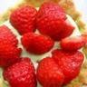 Tartelette aux fraises crème à la pistache accompagnée d'une sucette de fraises glacée aux framb...