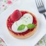 Tartelette de fraises - basilic et mousse de Saint Môret® citron vert
