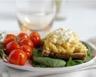 Tartine aux œufs brouillés ciboulette tomates cerises confites