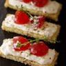 Tartine de harcha aux figues séchées crème de buchette de chèvre et marmelade de tomates au thym