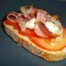 Tartine de jambon cru sur lit de tomates et mozzarella
