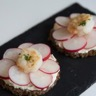 Tartine de pain noir saint-morêt radis et crevettes roses