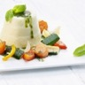 Timbales de semoule au gruyère AOC avec ragoût de légumes et sauce au basilic