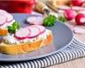 Toast de radis nouveaux au fromage frais