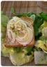 Toasts de chèvre chaud aux oignons et au miel sur lit de salade