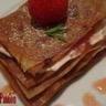 Un millefeuille de fraises à l'estragon et à la brousse