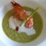 Velouté de brocolis crevettes sautées son écume de lait crevette et sommités de brocolis frits