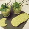 Verrine mousse d'avocat façon guacamole pour une assiette monochrome