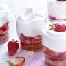 Verrines de fraises et chantilly au chocolat blanc