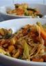 Wok de nouilles asiatiques fraîches au beurre de cacahuètes
