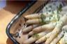 Asperges en sauce aux herbes aromatiques et au poivre vert