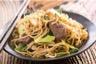 Boeuf sauté aux légumes et nouilles chinoises