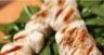 Brochettes de Saint-Jacques crème de corail épicée et salsa fraîche de fenouil au citron vert