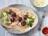 Burritos aux boulettes de boeuf oignons pignons de pin sauce tzatziki