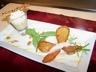 Crème brûlée au Roquefort mousseux de poires comme un papillon la glace noisette et croustilles de poires