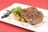 Gigotin d'agneau rôti au jus et piqué aux olives noires cocotte de légumes au piment d'Espelette