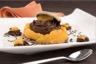 Macaron au chocolat ganache mousseuse au lait et segments d'orange