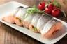 Rôti de saumon aux tomates confites et aux olives noires