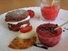 Sablés au chocolat à la fraise façon mille feuille granité de fraises tuile fraise orange au grué de cacao et sucette à la fraise