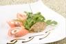 Sifflet de saumon fumé au chèvre frais bouquet de roquette et chutney d'oignons épicé