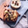 Tartines de pain d'épices poires Rocamadour et noisettes grillées